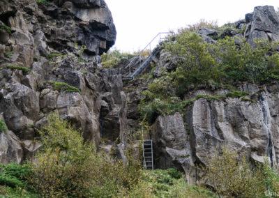 Randonnée à Asbyrgi, heureusement il y a les échelles pour grimper sur la falaise