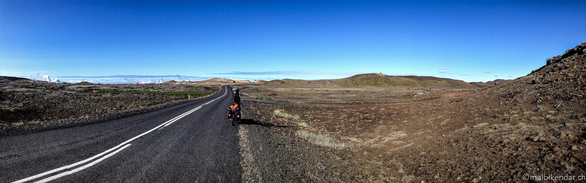 Voyage vélo en Islande, Gunnuhver est visible de loin - ici depuis la route 425