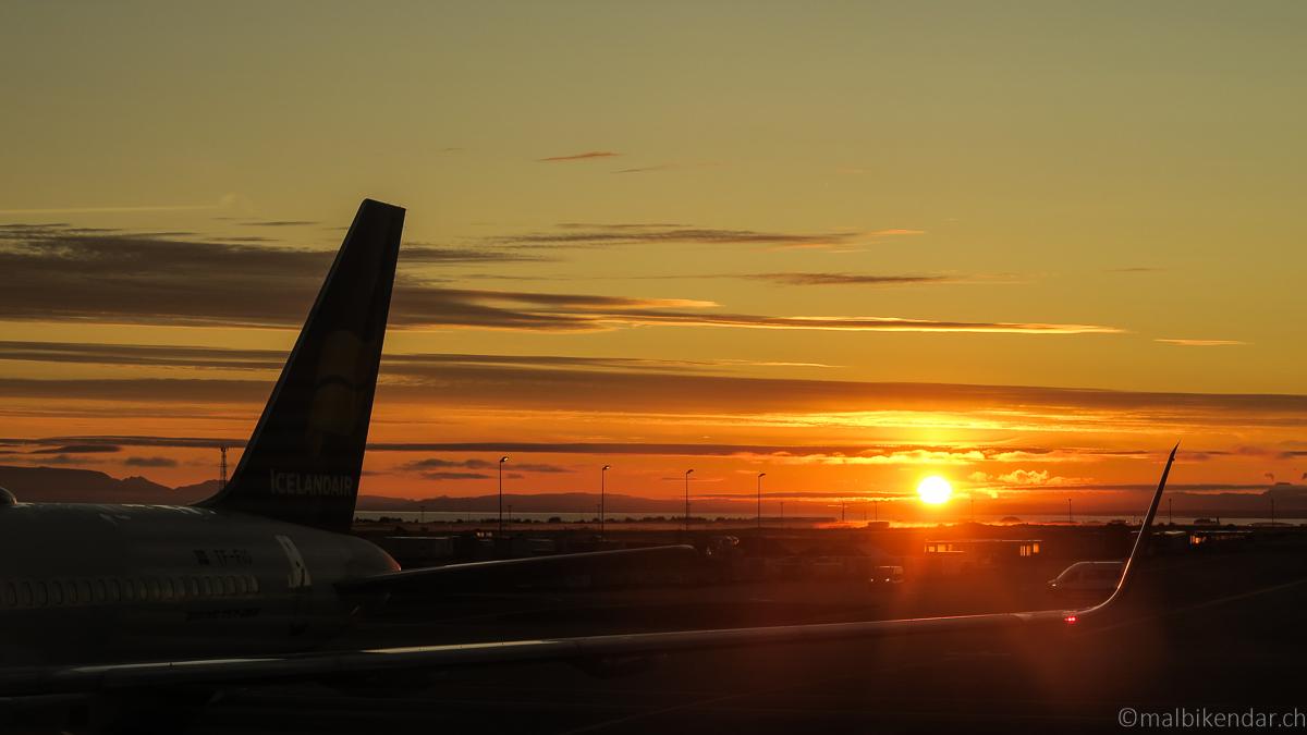 Voyage vélo en Islande, lever de soleil à l'aéroport de Keflavik
