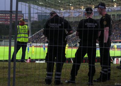 Policiers en manche courte pour surveiller le match de foot Islande vs. Ukraine - il fait 10 °