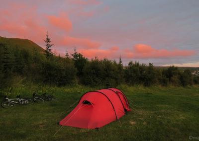 Voyage vélo in islande, ciel kitsch au camping de Husavik