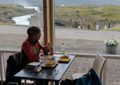 Dernier repas assis à une table avec vue sur Godafoss