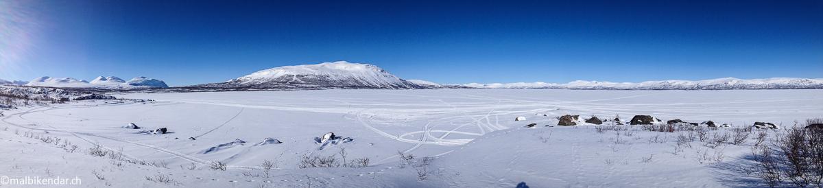 Panorama depuis l'île Abeskosuolu sur les montagnes d'Abisko