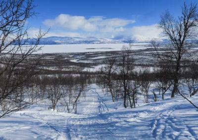 Le lac de Torneträsk est souvent gelé jusqu'au mois de juin