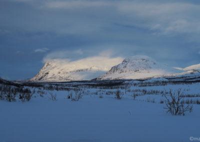 Vue du Camp des montagnes illuminées dans la vallée Gamaeatnu Kamajakka